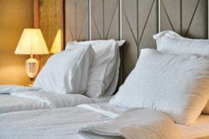 lavar y cambiar las sábanas de la cama